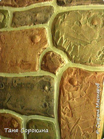 Когда-то я уже рассказывала, что сама делала гипсовый камень в украшении стен, но мастер-класс по нему не делала, вот созрела))). Обычно такой камень делается штамповкой. Делается (или покупается) силиконовая форма образца камня, заливается гипсовым раствором, сушится, красится, а потом только лепится на стены. Но у меня был особый случай, входная дверь оказалась как-бы в тоннеле, потому что к дому достроили кухню для детей, прихожую и удобства, а стена дома толщиной почти в метр...нужно…