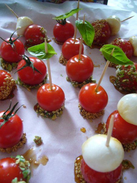 C'est une recette qui me tentait beaucoup lorsque je l'ai vue pour la première foi s à l'émission Top Chef sur M6. L'occassion s'est présentée lundi, j'ai donc réalisé pour l'apéritif du jour ces jolies tomates d'amour. J'ai suivi la recette de Maite...