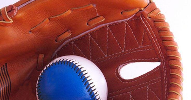 Cómo medir el tamaño de los guantes de béisbol para niños. Para muchos niños, pasar el tiempo en un campo de béisbol es parte de la primavera. Los niños y las niñas juegan con soportes y en ligas menores y mayores. El tamaño adecuado de guante es importante tanto para un jugador principiante como para uno experimentado. Uno que sea demasiado pequeño puede ser difícil de usar e incómodo. Uno demasiado ...