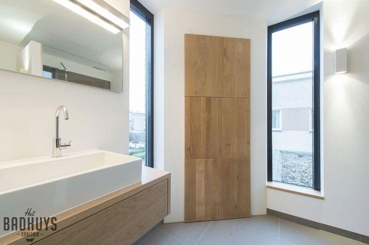 Badkamer met massief eiken maatwerk meubel en inloopkast | Het Badhuys Breda