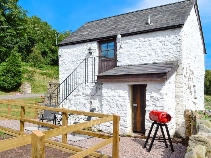Enjoy a romantic break at this lovingly restored 200-year old, detached barn conversion.