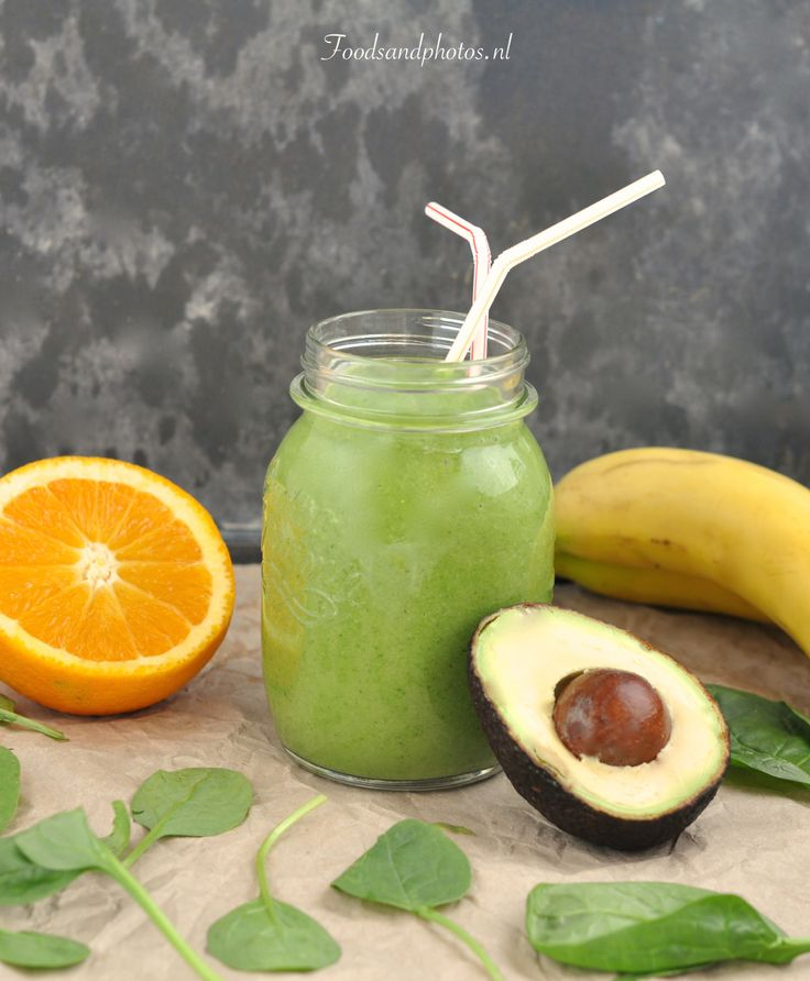 Smoothie met avocado, banaan, sinaasappels en spinazie