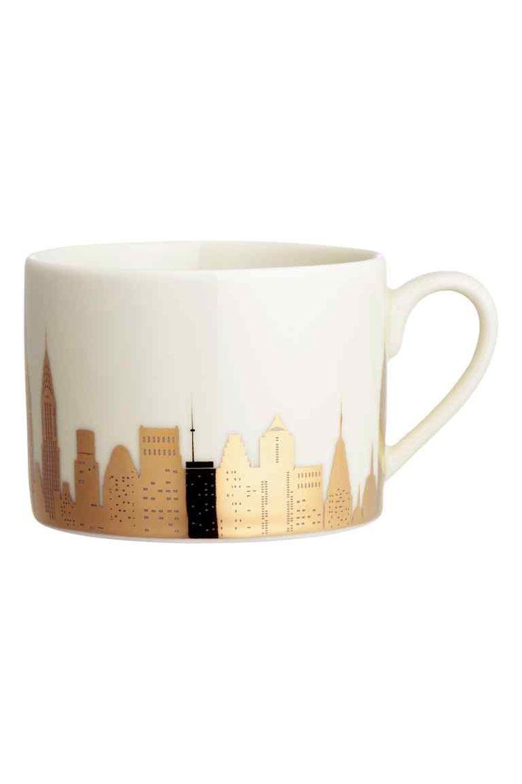 Tasse avec impression : Tasse en porcelaine à motif imprimé à l'aspect métallisé et scintillant. Hauteur 6,5 cm, diamètre 9 cm environ.
