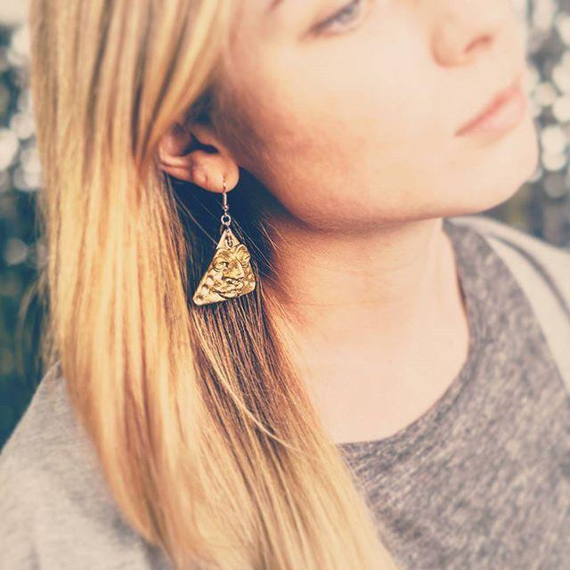 Треугольные золотые серьги Доступны для заказа, посмотреть в живую можно в #вашстеллаж  #orsoface #orsinhaface #earrings #earring #earringhandmade #handmadeearrings #handmadejewellery #handmade #colourgold #ручнаяработаназаказ #ручнаяработа #серьги #девушка #girls #girl #photo #forsale