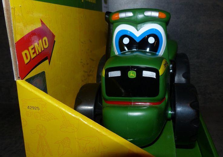 Ce tracteur Pousse-Roule John Deere, est une copie conforme d'un tracteur John Deere, de couleur verte, donc, et adapté à des enfants à partir de 18 mois. Il est fabriqué par la marque Tomy. Je ne vois pas de problème à le proposer à partir d'un an. Mon...