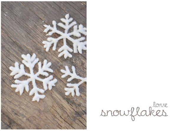 DIY snowflakes: Det eneste du tenger å gjøre er å piske eggehviter (ca 2 stk) og melis (250g) + litt vann, i 10 min. Sprøytes så ut på bakepapir som snøkrystaller. Nå skal ikke jeg skryte på meg at det å tegne snøkrystaller var en skikkelig enkel sak altså, men jeg tegnet over bladet. Tegnet en drøss av krystaller på et bakepapir, snudde papiret og sprøytet massen over (fra vanlig brødpose med klippet hull). Så var det bare å drysse (masse masse) sukker over og la tørke i tre dager.