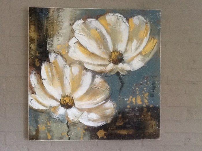 Canvas doek en grof geschilderde bloemen. Reliëf aangebracht met muurvuller.