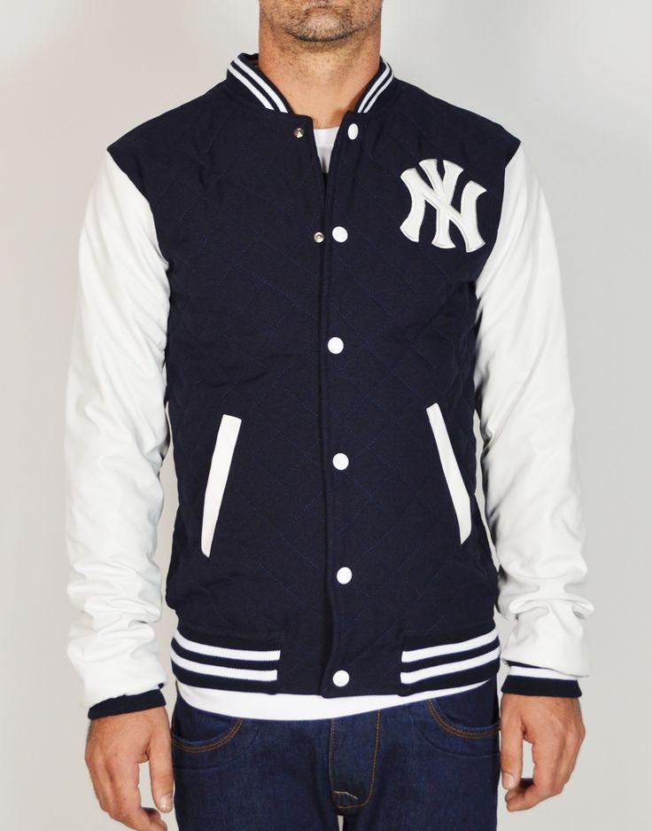 Beisbolera guateada con bordado New York. Beisbolera de hombre en tejido guateado y mangas en polipiel color contraste. Solo en www.tiendas13.com