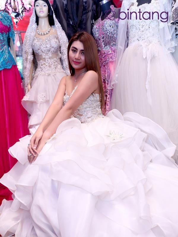 Belum genap setahun menjalin kasih, Widuri Agesti meyakinkan menikah dengan Jupiter Fortissimo. Kedua pasangan kekasih ini melakukan fitting baju pengantin di daerah Tebet Jakarta Selatan. Pasangan kekasih ini juga tinggal menunggu restu dari orang tua Widuri. Setelah itu pasangan ini akan menikah tanpa terlebih dulu melakukan tunangan.  #WiduriAgesti #Model #PernikahanSeleb #Bintang #Indonesia