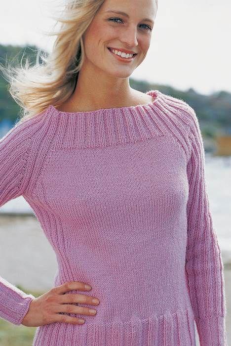 Den anvendelige bluse har slankende rib i siderne, en flot, vigende halsudskæring og raglansnit.