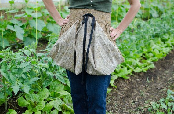 Years ago, I shared a tutorial for a womens gathering apron that helps to bring in your garden harvest. So many ladies have expressed how much