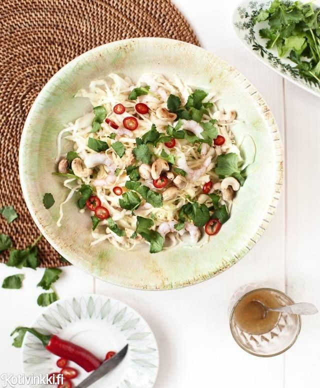 Kaali-katkarapusalaatti maistuu sellaisenaan ja sopii lisukkeeksi kesän grilliherkkujen kanssa. Text: Jonna Vormala Pic: Pia Inberg #shirmp #shirmpsalad #salad #chili #