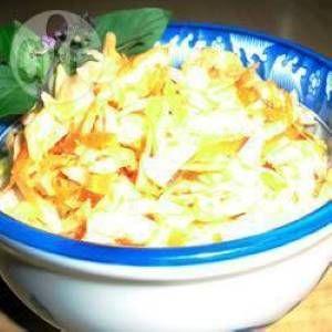 Snel en gemakkelijke koolsla op z'n Thais Doe 1/2 wite en 1/2 rode kool, versnipperd en 2 wortels, geraspt in een grote kom. Doe 4 eetl limoensap, 4 eetl rijstwijn azijn,  1 eetl vissaus, 2 eetl sesamolie, 2 eetl honing en 50g gehakte pinda's erbij. Roer alles heel goed door elkaar.  Proef, en breng op smaak met zout en versgemalen peper. Zet het een paar uur in de koelkast en roer af en toe om de smaken goed te laten vermengen.