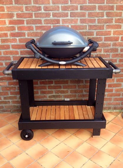 Barbecue trolley made of pine wood boards, black painted, exotic bankirai tiles, and kee klamp (industrial pipes) as side handles and towel holder. Desserte chariot à barbecue fait avec des planches de Douglas peintes et des caillebotis en bois de bankirai. Poignées réalisés avec des tubes industriels en acier.