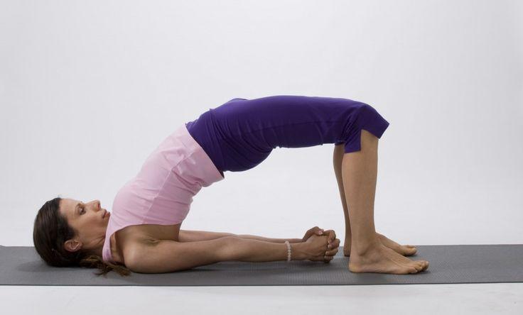 12 posturas de yoga para aliviar el dolor de cintura - Los dolores de lumbares (zona baja de la espalda o  lumbalgias) pueden aliviarse fácilmente a través de la práctica de determinadas secuencias de ejercicios de Yoga, que flexibilizan la parte baja de la columna vertebral. Compruébelo usted mismo. www.masajeyspa.com