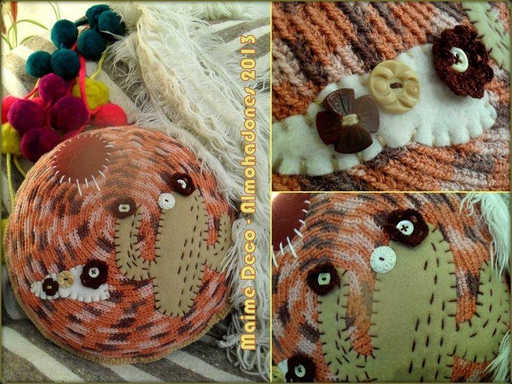 """Almohadón """"Cactus"""" de 30 cm de diámetro  Materiales: Lanas, Pañolenci y Botones; relleno de Vellón Siliconado... Colores: Borravino, Blanco, Beige."""