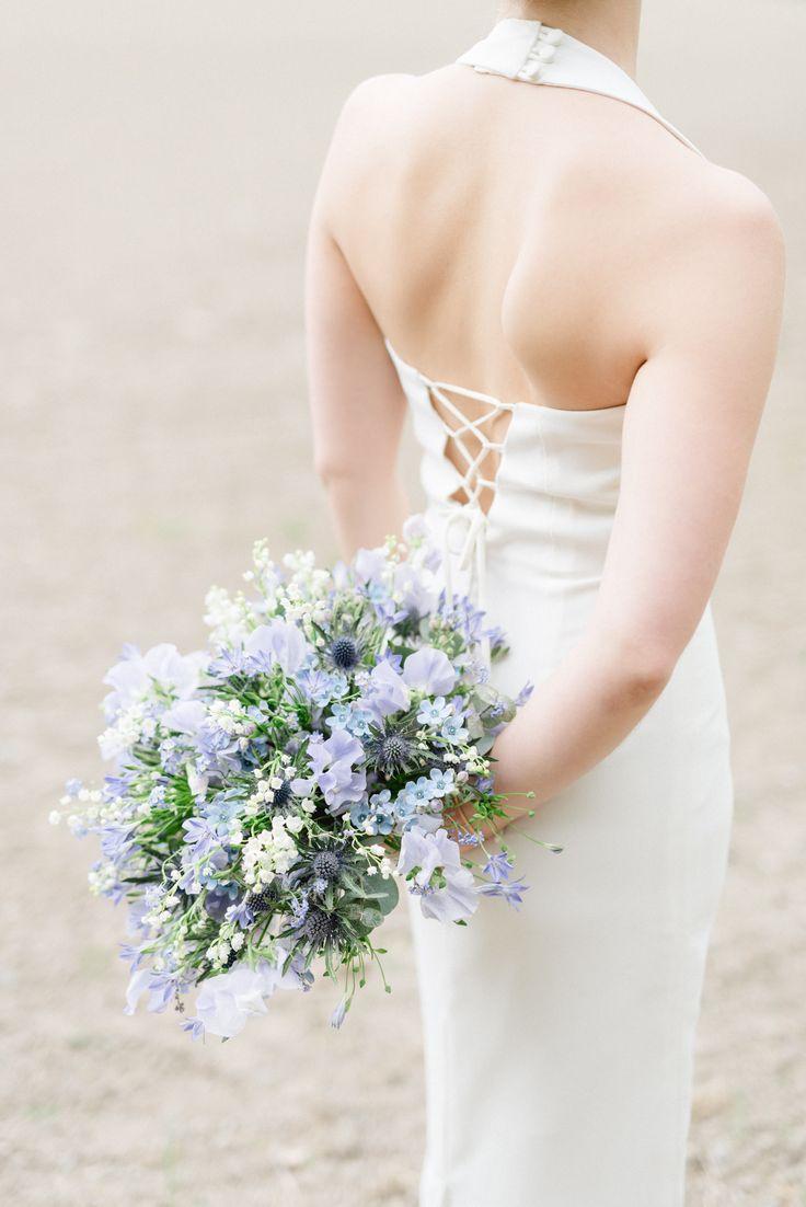 Blått är flott, även i brudbuketten. Här en rundbunden bukett med lite vildare känsla. Innehåller luktärter, tistel, liljekonvalj och oxypetalum.