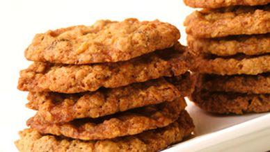 ingredienti (15/20 biscotti): 150 gr  di farina integrale  70 gr di fiocchi d'avena  100 gr di zucchero  70 gr di burro (o margarina) 40 gr di olio di semi  20 gr di acqua  5 gr di lievito per dolci 1 cucchiaino di bicarbonato  #biscotti