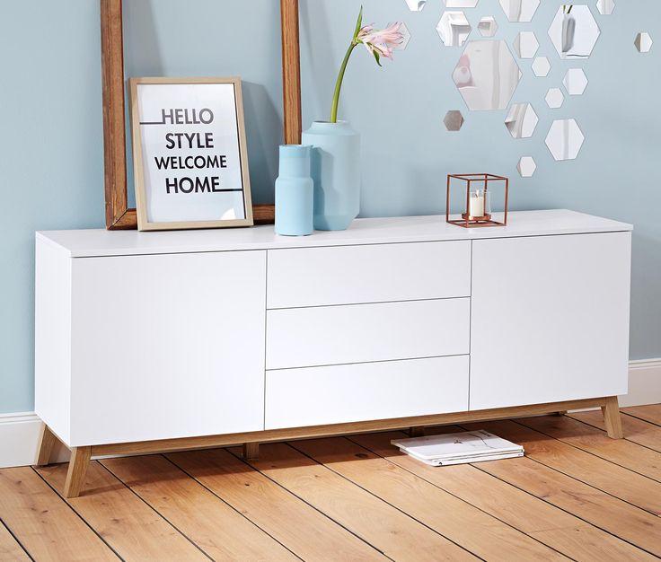 249,00 € Konzentration auf das Wesentliche. Dieses Sideboard bietet mit seinen zwei großen Türen, hinter denen sich jeweils ein 3fach höhenverstellbarer Einlegeboden befindet, und drei Schubladen vielseitig nutzbare Ablagemöglichkeiten.