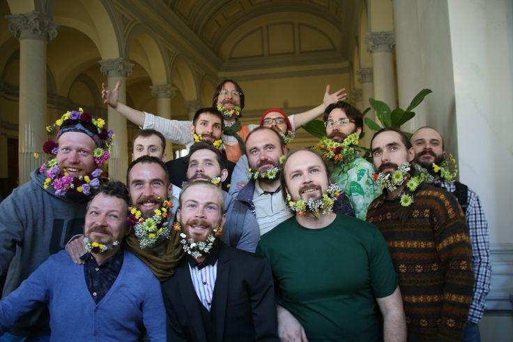 "#hairfucker на фестивале ""Представь зелёное"" украшает суровых бородачей #flowers #beards #eco #spb #Russia #flowers"