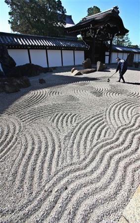 75年前の砂紋が再現された東福寺の本坊庭園南庭=京都市東山区(恵守乾撮影)(産経新聞)