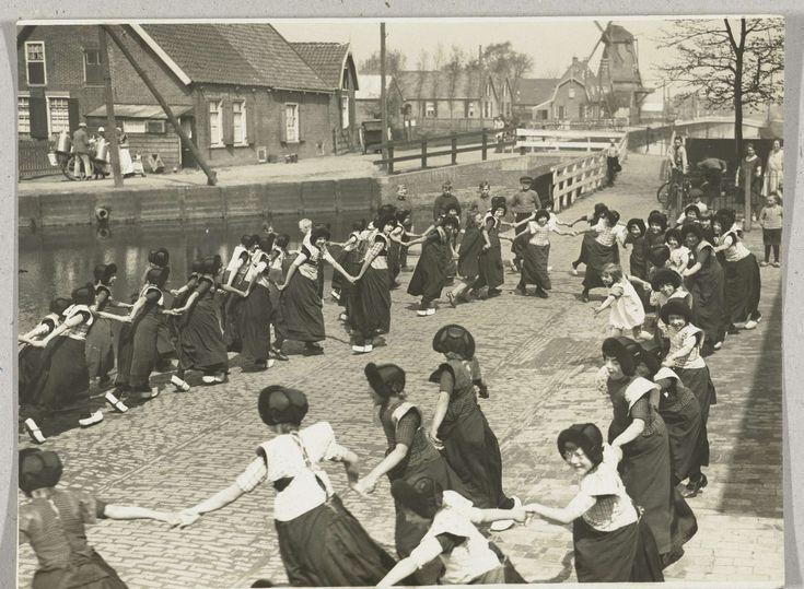 Meisjes in Bunschoter klederdracht dansen in een kring, anoniem, 1930