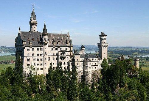Slot Neuschwanstein, een van de kastelen die Lodewijk liet bouwen. Disney gebruikte dit kasteel als inspiratie voor zijn Disneyland