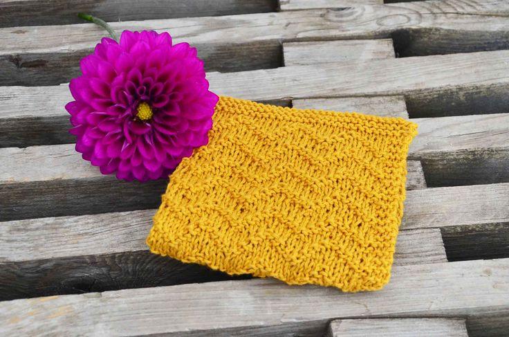Nem og gratis opskrift på strikket karklud med strikkediagram. Karkluden er strikket i økotex bomuld. Opskriften indeholder link med hjælp til nybegyndere.