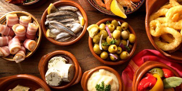 Tapas. As tapas são entradinhas, petiscos ou aperitivos que se servem com bebidas em cafés e bares espanhois.  Fotografia: elismarchioni.multiply.com.
