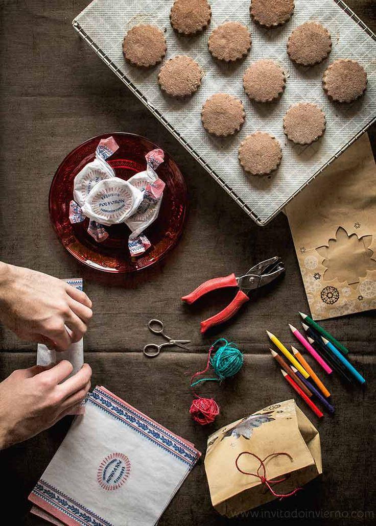 Receta fácil de polvorones de chocolate y avellanas, variación de la receta clásica sevillana de polvorón. Elaboración y fotografías paso a paso.