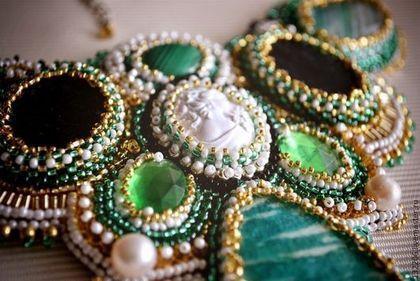Купить или заказать Колье 'Queen of spring' в интернет-магазине на Ярмарке Мастеров. Колье навеяно наступающей весной. Свежие и яркие цвета-зеленый,желтый,золотой,белый. Яшма,малахит(Заир),пришивные стразы,жемчуг,амазонит,зеленый агат,бисер японский и чешский.В центре -камея из белого пластика. Обратная сторона-зеленая кожа. Возможно на заказ браслет и серьги. По древней легенде, амазониты украшали пояс первой предводительницы амазонок.