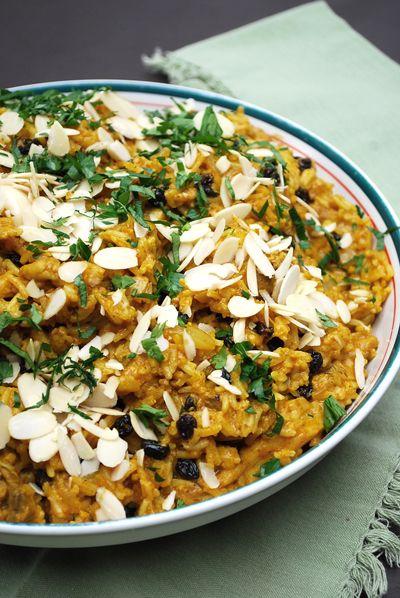 """POULET BIRYANI 2 tasses (380 g) de riz basmati 1/4 tasse (60 ml) d'huile 2 oignons, émincés finement 600 g de hauts de cuisses de poulet, coupés en cubes 2 feuilles de laurier 6 capsules de cardamome 2 c. à thé (10 ml) de curcuma 1/2 tasse (125 ml) de pâte de cari biryani (clic) 300 ml de bouillon de poulet 150 g de raisins secs 1/2 tasse (125 ml) de yogourt nature 100 g d""""amandes effilées 1/2 tasse (125 ml) de coriandre fraîche,"""