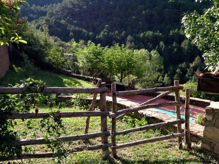 Valla rústica. Cerca de campo. Rustic fence. Country house. Pyrenees. Catalonia.