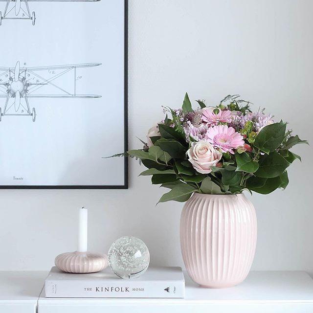 Elegante vaas van het Deense Kähler, ontworpen door Hans-Christian Bauer. Met zijn eenvoudige ontwerp past de Hammershøi-vaas in elk interieur. Gemaakt van duurzaam keramiek met een stevig laagje glazuur.   De Hammershøi-vaas is 20 cm hoog en verkrijgbaar in 5 kleuren  #keramiekvaas #roze #kählervaas #bloemenvaas #byjensen   😉  @trineroed 🙏Thank you for this beautiful picture 😍we love!!