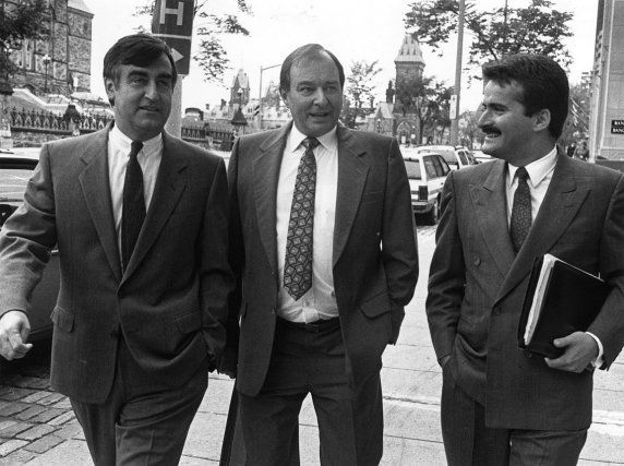 Le 19 septembre 1990, Gilles Rocheleau, le député fédéral de Hull-Aylmer, annonçait qu'il se joignait au Bloc québécois pour défendre les «intérêts supérieurs» du Québec à Ottawa. Il était entouré de Lucien Bouchard et de Jean Lapierre.