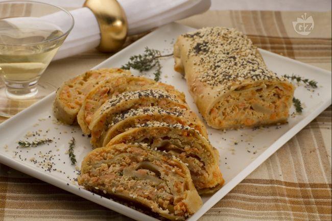 lo strudel di salmone e ricotta è un ottimo antipasto ricco e profumato ottimo per le cene natalizie o del veglione.