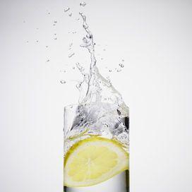 Acqua e limone: segreti detox LIMONE, AIUTO NATURALEBuon giorno detox con il limone: scalda un pentolino d