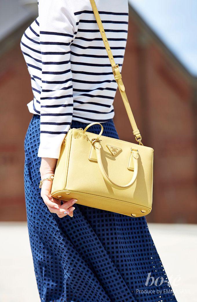 ミモレ丈スカートに白スニーカーを履いた大人可愛いアクティブコーデ5 #yellow #Bag
