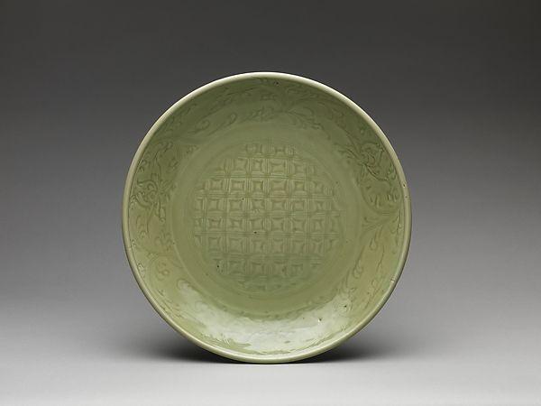Céladon Ming situé ici pour illustrer les influences et origines dans le choix des décors ottomans (à comparer avec un plat bleu situé en fin de tableau)