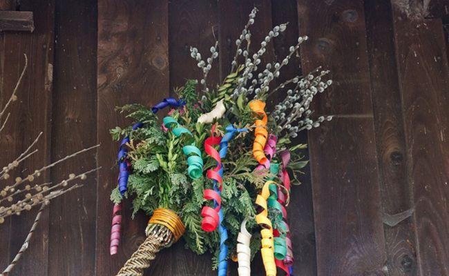 """Wir selbst haben unseren Palmbuschen noch gemeinsam mit unserem Vater am Samstag vor der Prozession gebunden. Wichtig dafür waren ein schöner, gerader Haselstecken, der von uns mit Schnitzereien und einem violetten Band verziert wurde, Palmkätzchen, Kranawett (=Wacholder), Buchsbaumzweigerl, Tujenzweigerl, ein glänzender Apfel und buntes """"Gschobat"""" ..."""