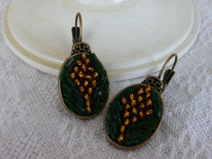 orecchini verde e oro. pendenti ovali. base color bronzo antico. made in Italy con vetro di Murano originale tagliato a mano di Frammentidicolore su Etsy