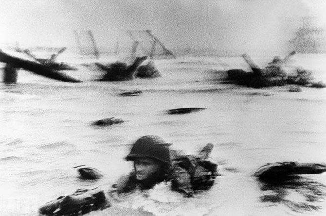 Самый длинный день (The Longest Day). Photo by Robert Capa, 1944. Момент высадки американской армии на Омаха-бич в Нормандии 6 июня 1944 года, отображенный также в фильме «Спасти рядового Райана» Стивена Спилберга.