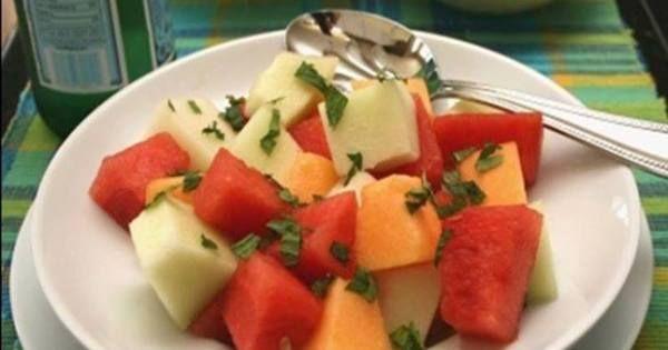 1 xícara (chá) de melão verde em cubos  - 1 xícara (chá) de melancia, sem sementes, em cubos  - 1 xícara (chá) de mamão em cubos  - 1/2 xícara (chá) de hortelã picada  - Molho  - 4 xícaras (chá) de suco de laranja  - 3 colheres (sopa) de mel  - 1 colher (sopa) de limão
