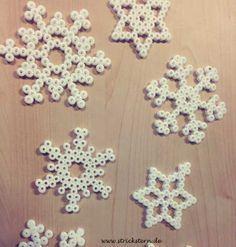 Schneeflocken basteln aus Bügelperlen als hübsche Weihnachtsdeko, Geschenke verpacken - schnell und einfach - Anleitung und Vorlagen auf www.strickstern.de
