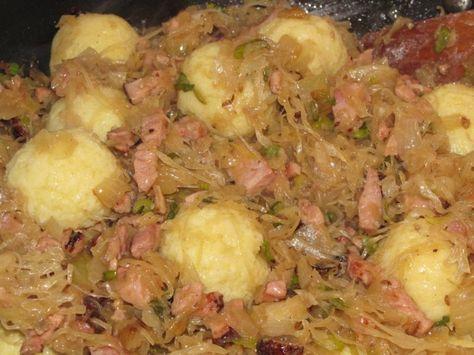 Bramborové kuličky s uzeným a zelím  4 ks brambory vařené ve slupce   1 PL krupice 2 PL mouka hrubá sůl 1 vejce  1 kg kysané zelí 2 bobk list 3 nové koření 1 KL kmín drcený 2 PL vepřové sádlo 2 cibule 250 g uzené maso 1 svazek cibulka Brambory oloupeme a nastrouháme, přidáme sůl, vejce, krupici a mouku dle potřeby a vypracujeme těsto,  tvarujeme kuličky 3cm, vaříme 5 min scedíme a vmícháme do zelí s uzeným. Zelí uděláme jak máme rádi. Na sádle cibulku a uzené. Plus jarní cibulku