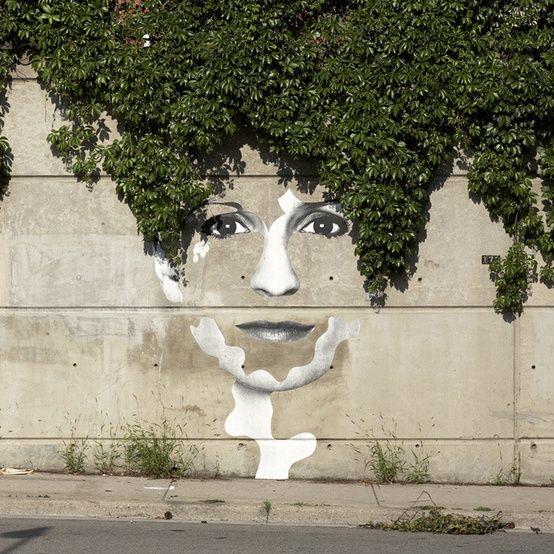 portret op schutting met begroeiing