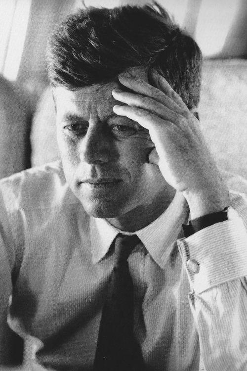 President John F Kennedy , de president van Amerika die in de plaats Dallas op  22 november 1963 vermoord werd door de man Lee Harvey Oswald die  president John F. Kennedy tijdens een rijtoer met zijn Cadillac vanuit gebouw  hem door zijn hoofd heeft geschoten