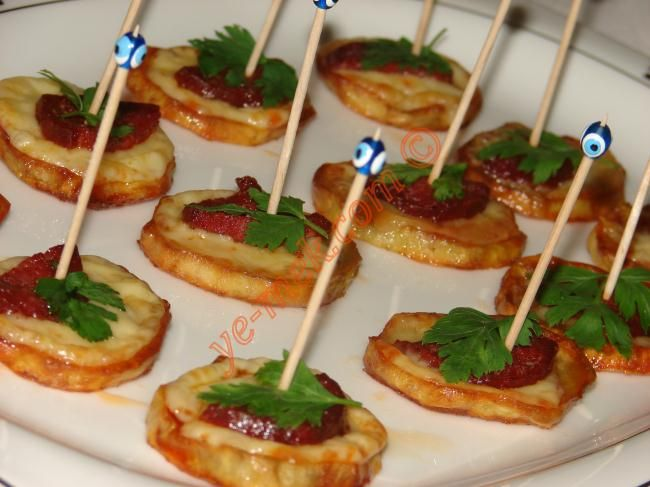 Fırında Sucuklu Patates Kanepeleri Resimli Tarifi - Yemek Tarifleri