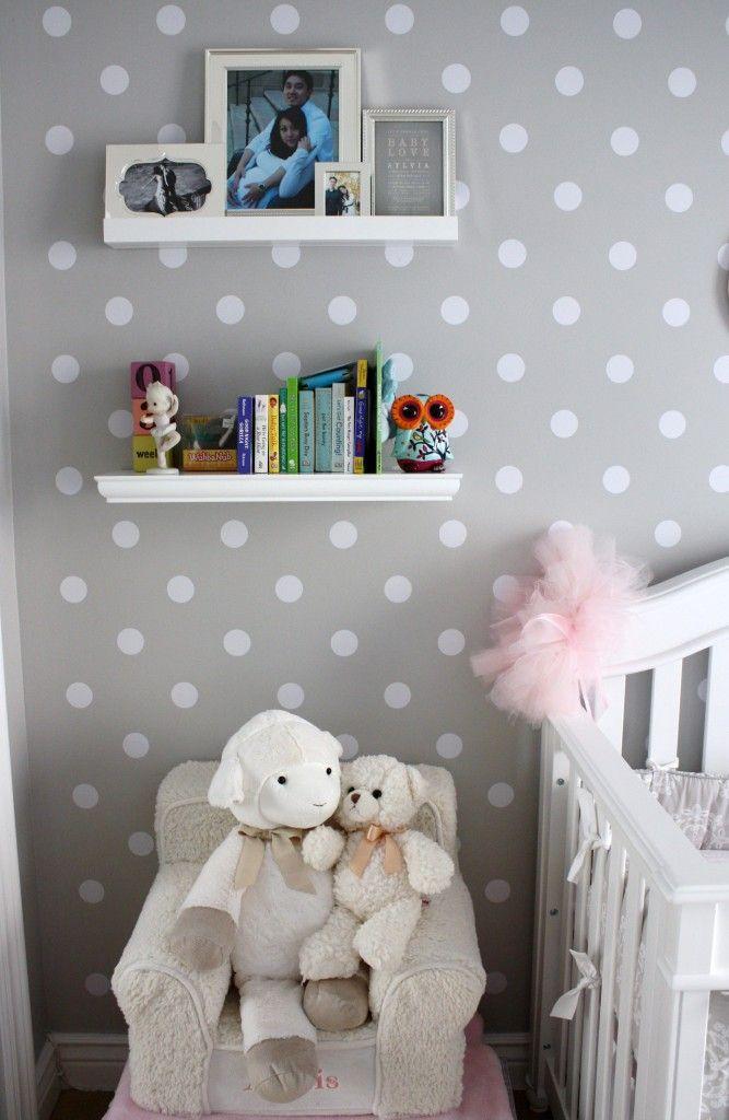 chambre bébé papier peint pois gris et blanc peluche mouton
