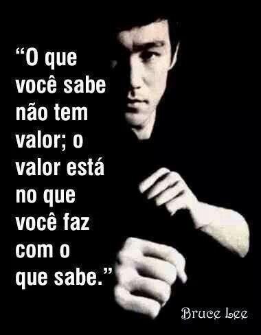 Bruce Lee, nascido Lee Jun-fan, em chinês 李振藩 foi um artista e instrutor de artes marciais, filósofo, actor e cineasta norte-americano de Hong Kong, fundador do Jeet Kune Do e filho da estrela de Ópera cantonesa Lee Hoi-Chuen. Wikipédia